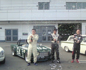 S65クラス優勝の後藤幸雄氏の表彰式の風景、今回ポールツーフィニッシュとクラスコースレコード達成あっぱれでした。
